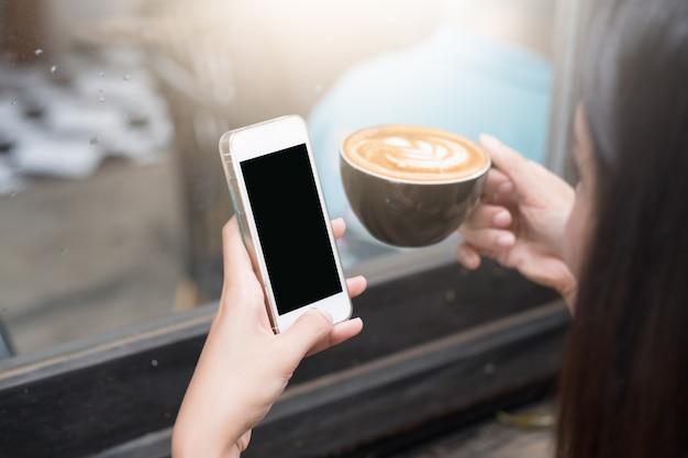 Cima, de, mulher, usando, esperto móvel, telefone, enviando, massagens, ligado, a, jardim