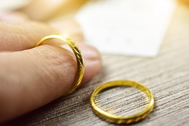 Cima, de, passe segurar, anel dourado, para, par amor, dia valentine