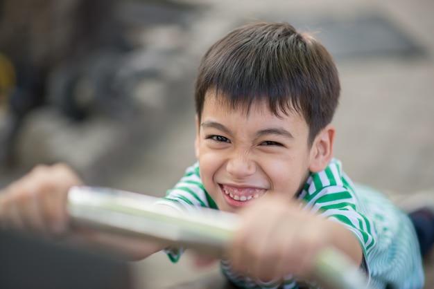 Cima, de, pequeno, cute, menino, jogando slider, em, pátio recreio