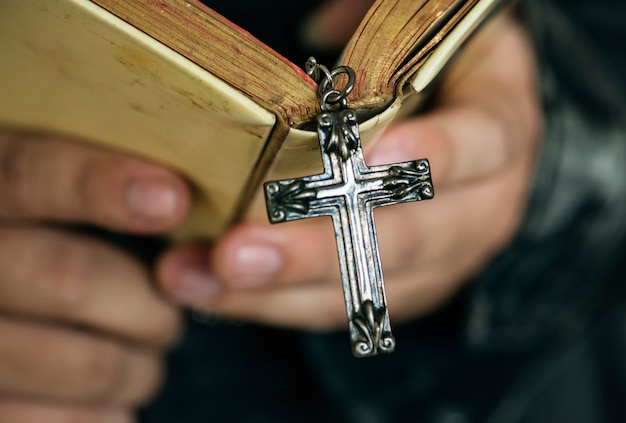 Cima, de, um, homem lê, um, bíblia, com, crucifixos, penduradas, religião, e, conceito crença