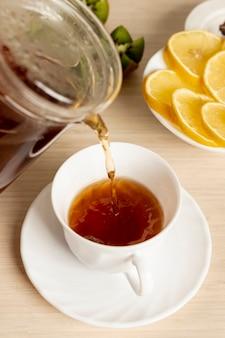 Cima, despeje chá, em, a, copo