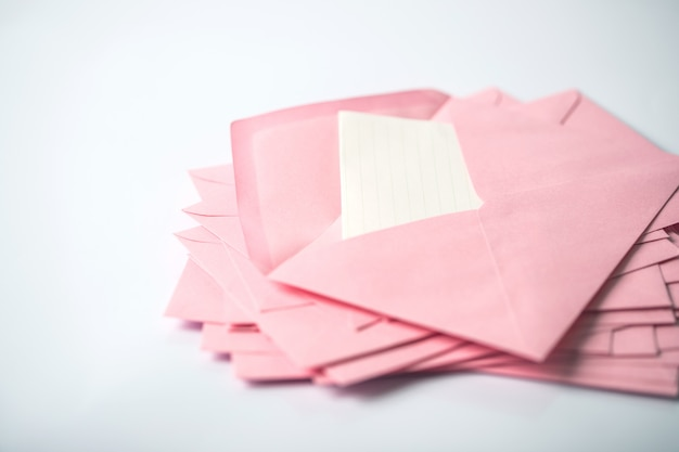 Cima, empilhando, de, cor-de-rosa, envelopes, e, correio, carta papel, branco, fundo