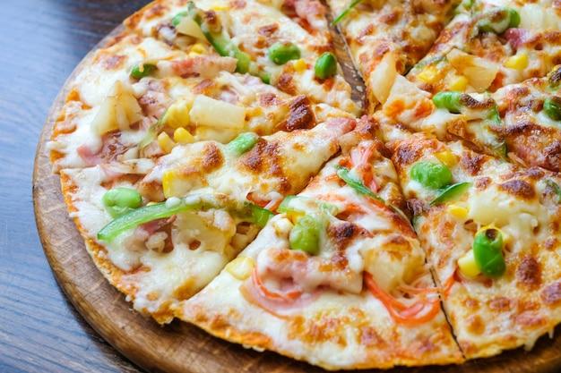 Cima, havaiano, pizza, abacaxi, toucinho, e, queijo, ligado, tabela madeira
