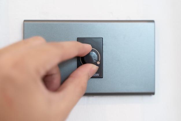 Cima, mão, girar, ligado, cinzento, interruptor dimmer