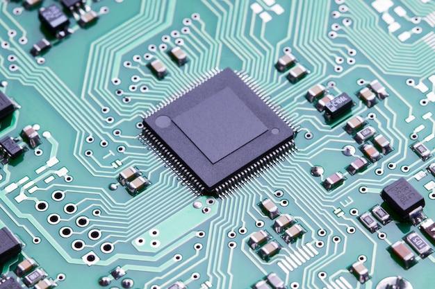 Cima, microchip, de, um, impresso, tábua circuito