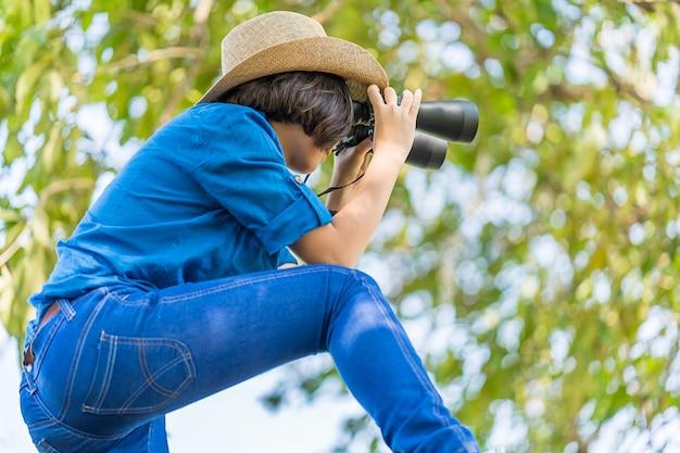 Cima, mulher, desgaste, chapéu, e, mantenha binocular, em, campo grama