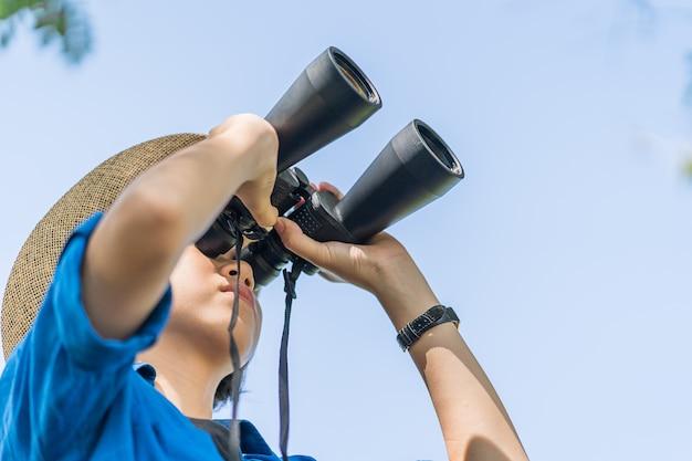 Cima, mulher, desgaste, chapéu, e, segure, binocular, em, campo grama