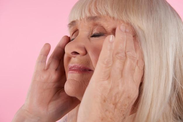Cima, mulher idosa, tem, dor de cabeça