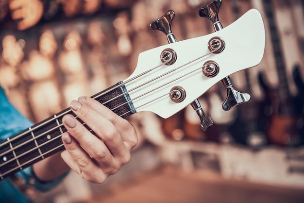 Cima, mulher, mãos, braçadeiras, frets, ligado, violão elétrico