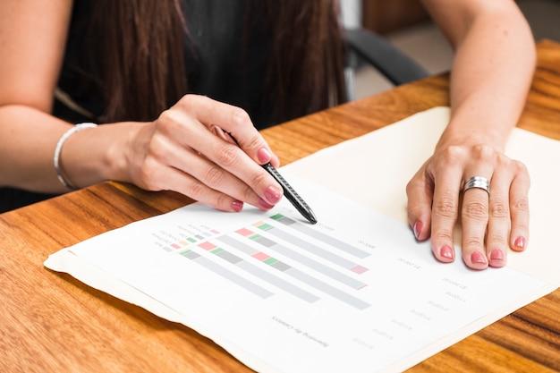 Cima, mulher negócio, mostrando, estatísticas
