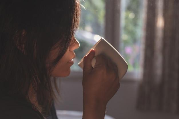 Cima, mulher segura, xícara café, em, manhã, tempo, foco, ligado, mão