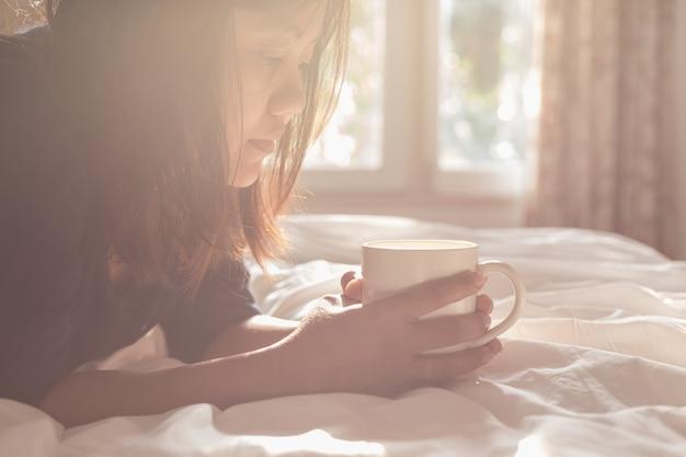 Cima, mulher segura, xícara café, em, manhã, tempo, foco, ligado, rosto