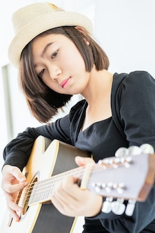 Cima, mulher, violão jogo