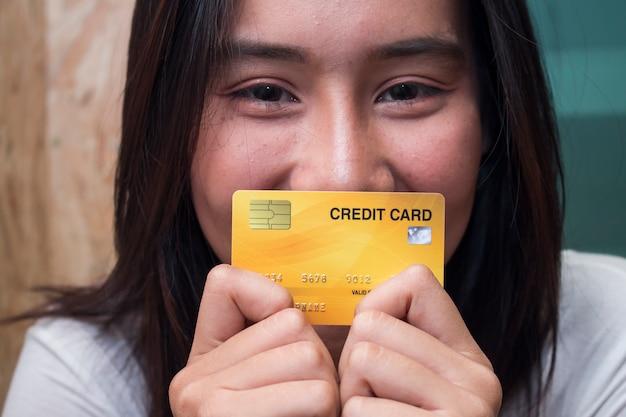Cima, mulheres asian, segurando, cartão crédito