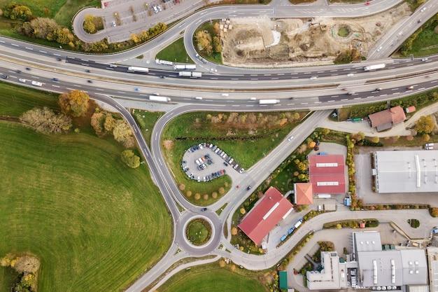 Cima para baixo vista aérea da estrada interestadual de auto-estrada com o movimento de carros de tráfego na área rural.
