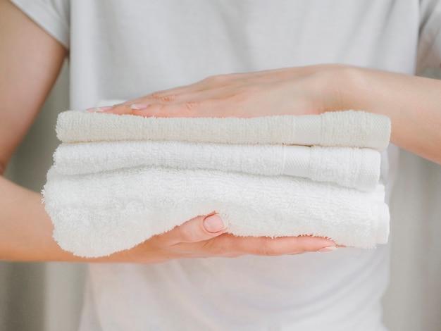 Cima, pilha, de, toalhas, entre, mãos