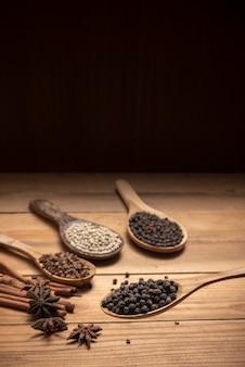 Cima, pimenta chille, em, colher madeira, cercar, com, tempero, pó, ligado, tabela madeira