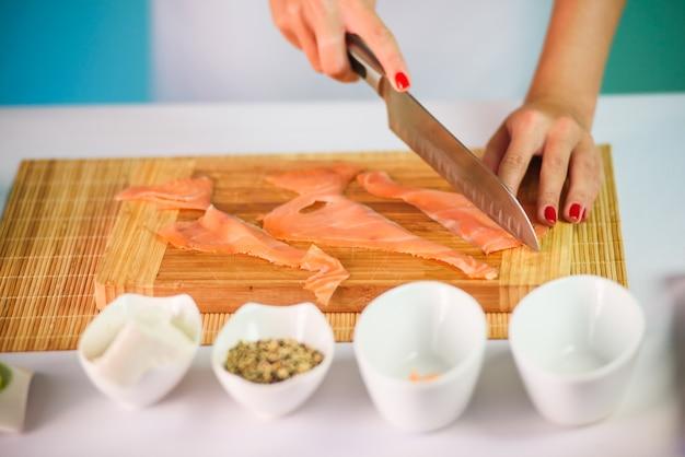 Cima, quadro, de, jovem, senhora, mãos, corte, salmão