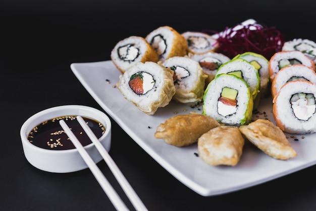 Cima, quentes, rolos sushi, tabela, com, gyoza