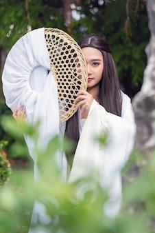 Cima, retrato, bonito, mulher chinesa, vestido branco, tradicional