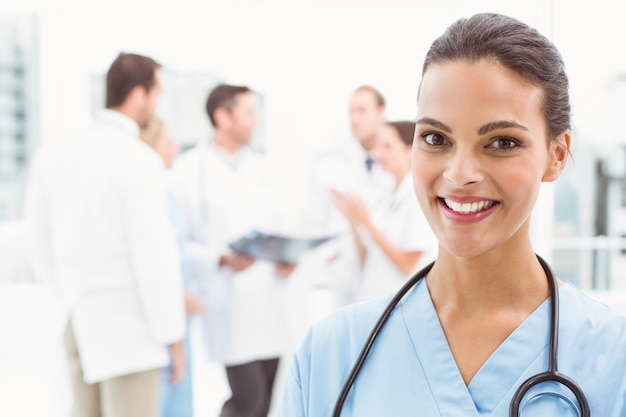 Cima, retrato, de, sorrindo, médico feminino