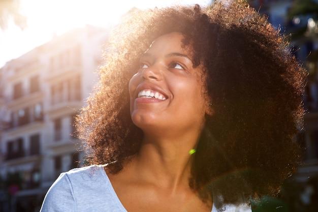 Cima, sorrindo, mulher americana africana, exterior, em, cidade