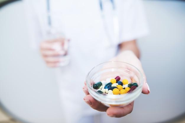 Cima, um, enfermeira, é, segurando, vários, pílulas, em, dela, mãos