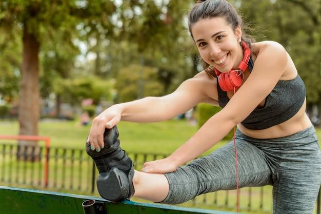 Cima, vista, de, desporto, mulher, streching, pernas