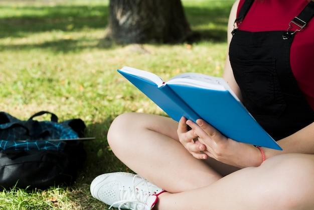Cima, vista lateral, de, highschool, menina, livro leitura