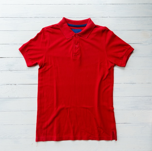 Cima, vista superior, de, homem, polo, camisa, colocar, ligado, rústico, tampo madeira