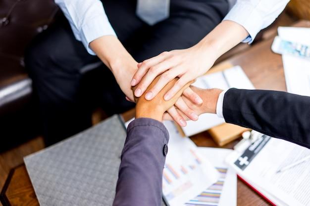 Cima, vista superior, de, pessoas negócio, unindo mãos, cima