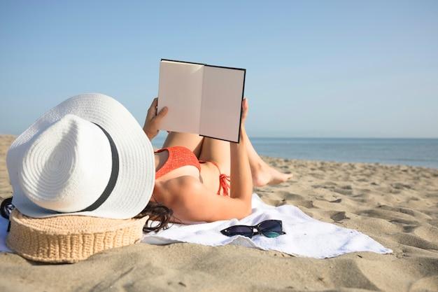 Cima, vista traseira, mulher, ligado, praia, leitura