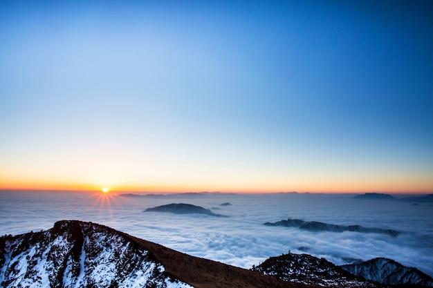 Cimeira da montanha no por do sol