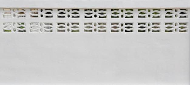Cimento branco ou muro de concreto com ventilação de ar.
