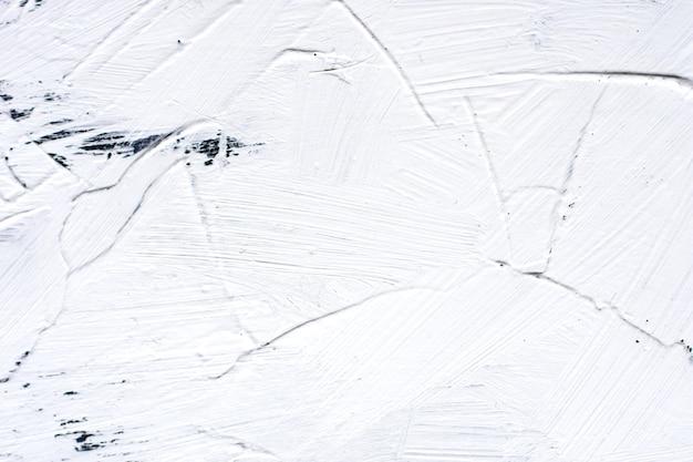 Cimento pintado de branco com pinceladas largas