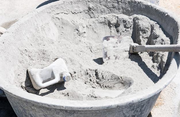 Cimento seco na pia antiga