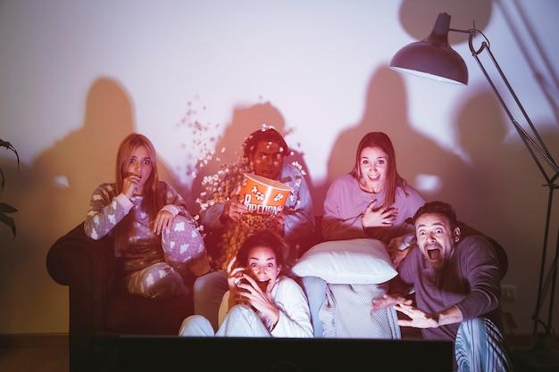 Cinco amigos assistindo um filme um filme juntos
