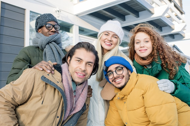 Cinco amigos multiétnicos