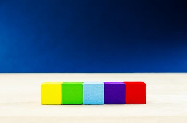 Cinco blocos de madeira em branco, colocados em uma linha