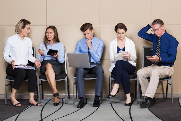Cinco candidatos para sentar trabalho incorporado na linha