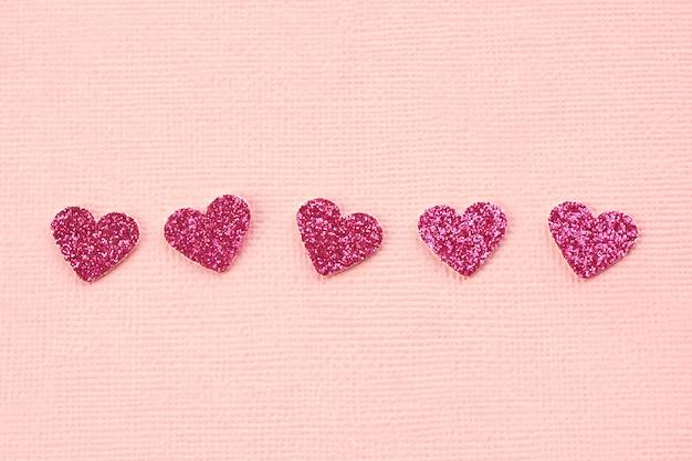 Cinco corações rosa brilhantes