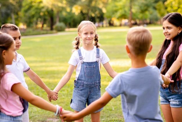 Cinco crianças formando um círculo juntos