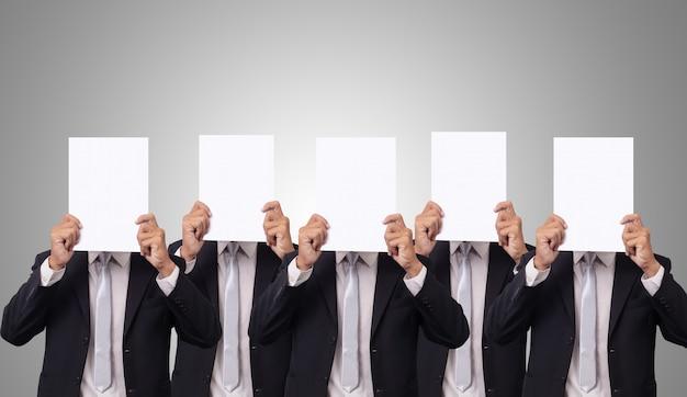 Cinco empresário cobrem o rosto com papel branco vazio em branco