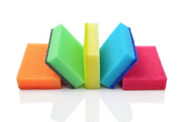 Cinco esponjas de cozinha multicoloridas para lavar louça em um branco