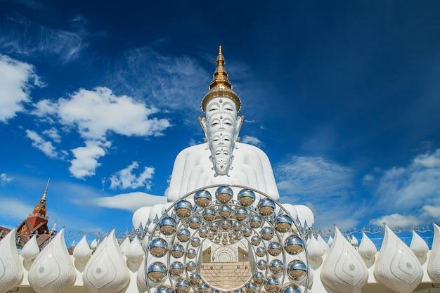 Cinco estátuas de buda branco sentado no templo de wat pha sorn kaew ou templo de wat phra thart pha kaew em khao kho, phetchabun, tailândia