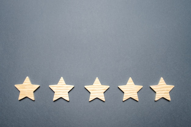 Cinco estrelas em um fundo cinza