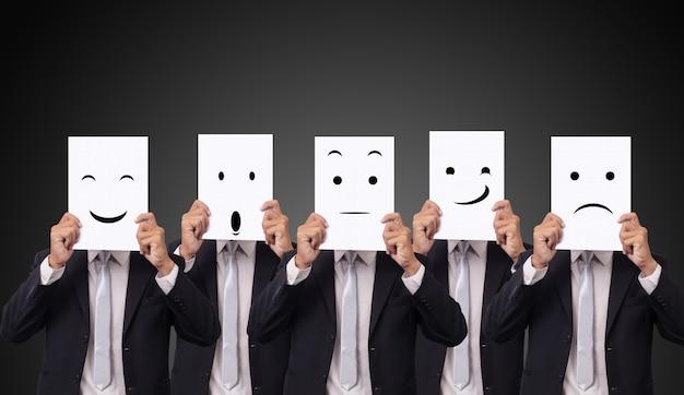 Cinco, homem negócios, segurando, um, cartão, com, desenho, expressões faciais, emoção diferente, sentimentos, rosto, ligado, branca, papel