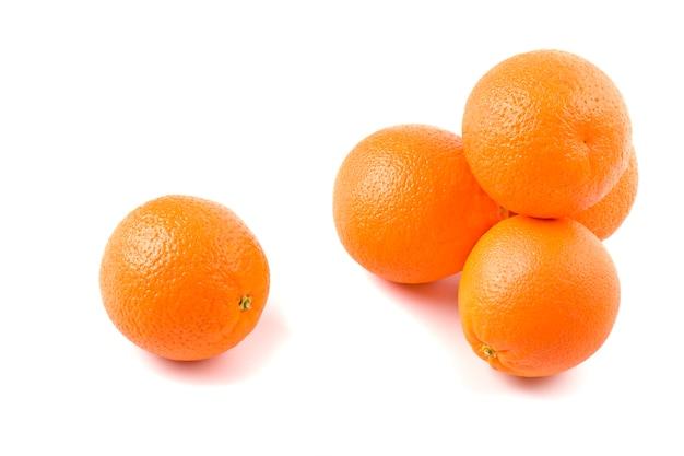 Cinco laranjas frescas no fundo branco