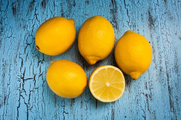 Cinco limões na mesa azul