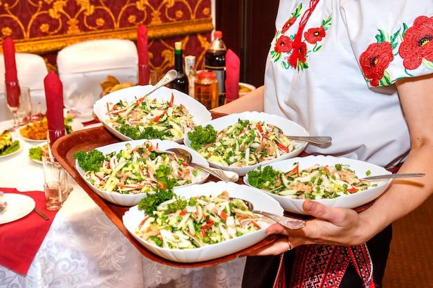 Cinco mesas de salada nas mãos femininas